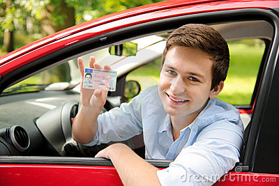 Stara vozniška dovoljenja veljavna vse do leta 2018