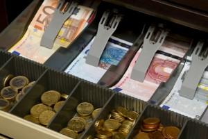 Za gotovinsko poslovanje odslej obvezno potrjevanje računov