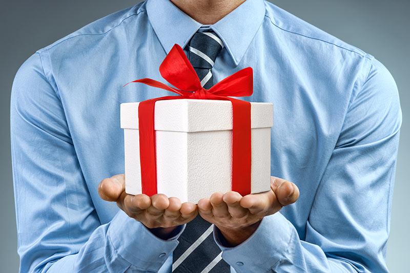 Omejitve glede prejemanja daril - ali veste za koga veljajo in kdo je dolžan prejem darila prijaviti?