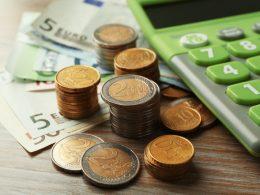 Računovodja v DATA je pripravila izračune po Megazakonu za minimalno plačo